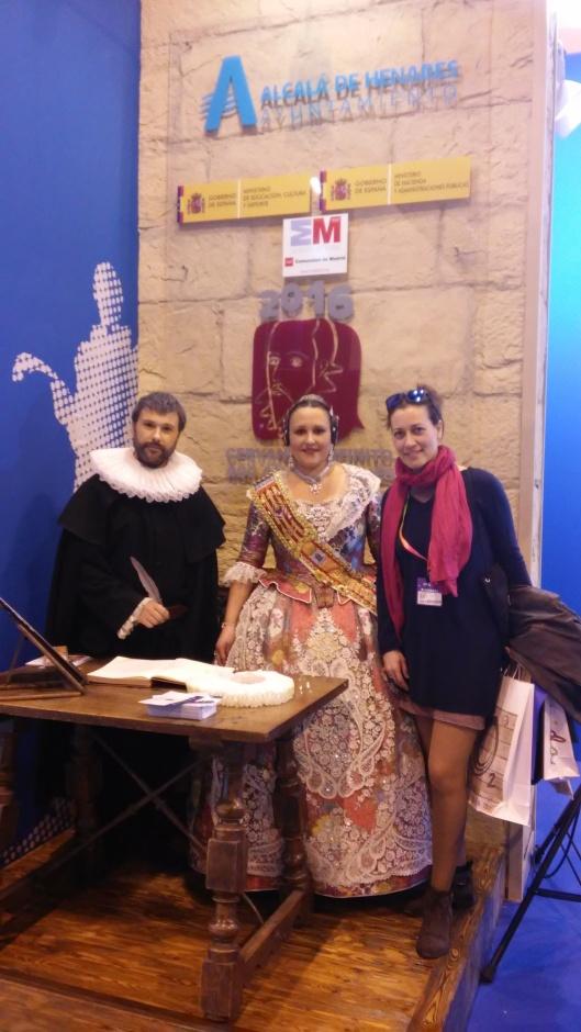 20150128_175628_Con Cervantes y la Fallera en el stand de Alcalá de Henares